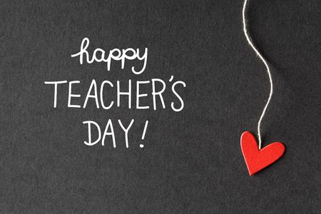 Glücklicher Lehrer-Tag Nachricht mit handgemachten kleinen Papierherzen