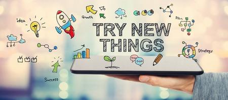 Nieuwe dingen te proberen concept met man met een tablet-computer