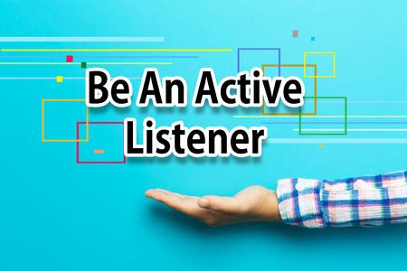 Wees een actieve luisteraar concept met de hand op blauwe achtergrond Stockfoto