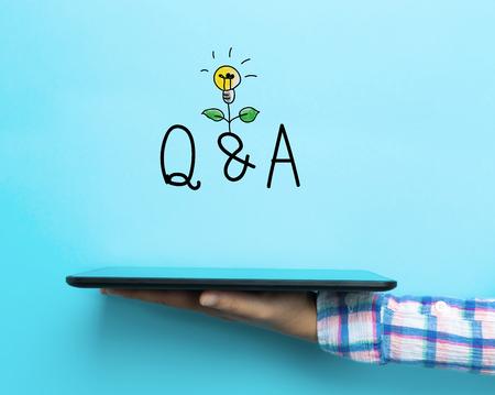 질문 및 파란색 배경에 태블릿 개념