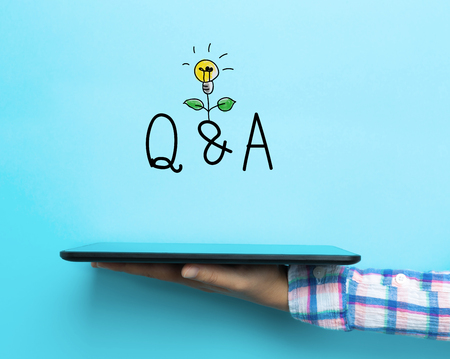 Q en A concept met een tablet op een blauwe achtergrond