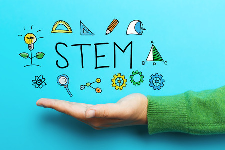educativo: concepto de STEM con la mano sobre fondo azul