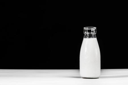 Vintage style bouteille de lait en verre sur fond noir Banque d'images - 63871002