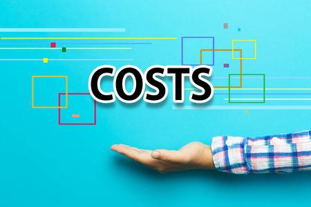 Kosten concept met de hand op blauwe achtergrond
