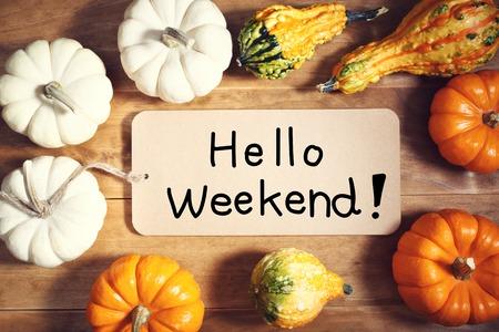 Hallo Wochenende Nachricht mit bunten Kürbissen und Kürbisse Standard-Bild