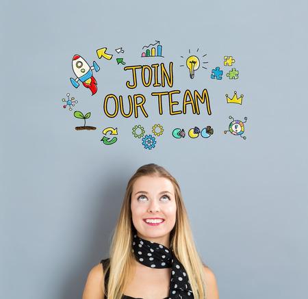 회색 배경에 행복 한 젊은 여자와 우리 팀의 개념에 참여