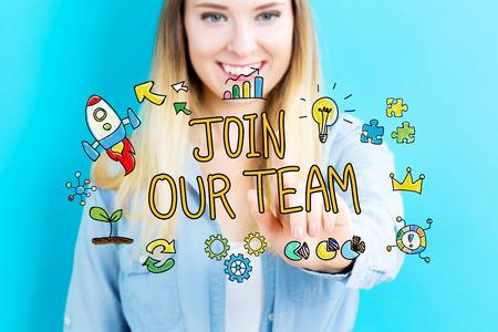 Word lid van onze Team concept met jonge vrouw op blauwe achtergrond