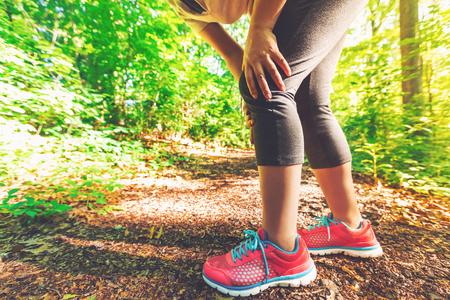무릎의 스포츠 부상을 입은 여성 주자 스톡 콘텐츠