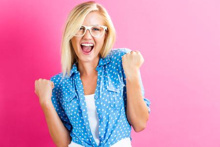 Happy jonge vrouw op een roze achtergrond Stockfoto