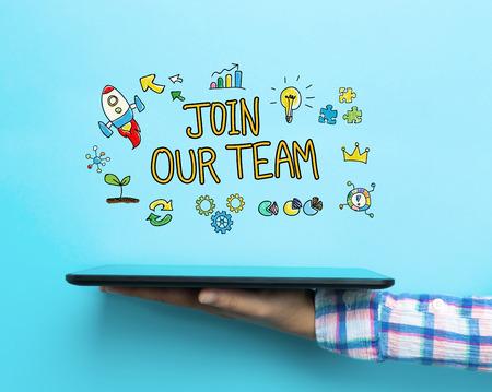 青色の背景のタブレットで私たちのチームの概念に参加します。