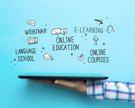 onderwijs: Online Education Veel concept met een tablet op een blauwe achtergrond Stockfoto