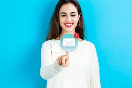 파란색 배경에 젊은 여자와 이메일 아이콘 스톡 콘텐츠