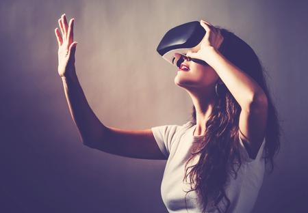 仮想現実のヘッドセットを使用して若い女性