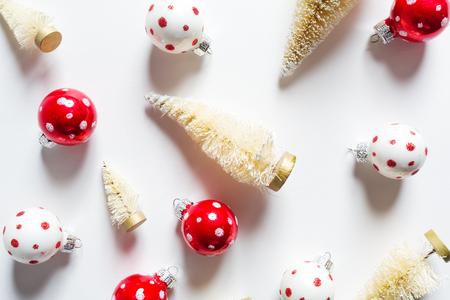 クリスマス ツリーと上面から装飾品のコレクション
