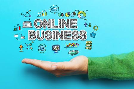 青の背景に手でオンラインのビジネス コンセプト