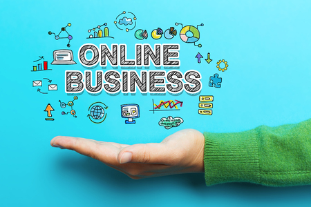 concept d'affaires en ligne avec la main sur fond bleu