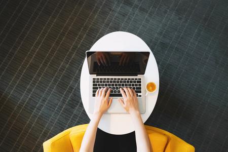 Persoon die op een laptop werkt in een moderne kamer Stockfoto
