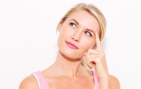 Junge Frau in einer nachdenklichen Pose auf einem weißen Hintergrund