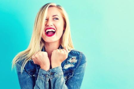 파란색 배경에 행복 한 젊은 여자 스톡 콘텐츠