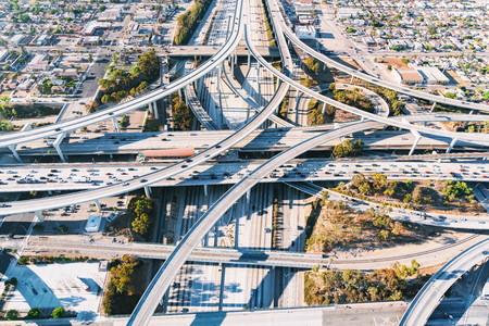 ロサンゼルスの大規模な道路交差点の空撮