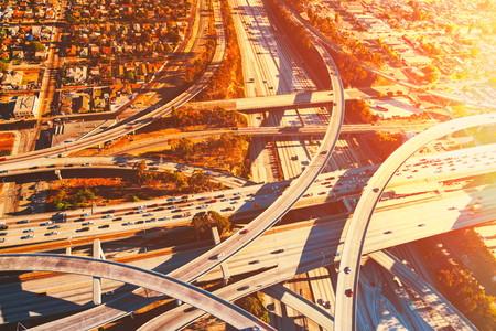 schlagbaum: Luftaufnahme von einer massiven Autobahnkreuz in Los Angeles