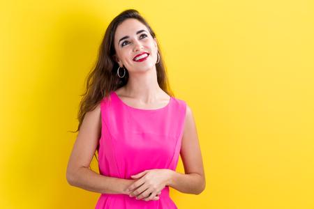 행복 한 젊은 여자는 노란색 배경 스톡 콘텐츠