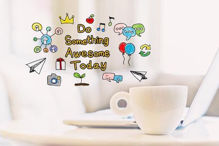 뭔가 멋진 일을하세요 커피와 노트북 한잔으로 오늘 개념 스톡 콘텐츠