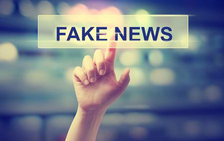 Concepto de noticias falsas con la mano presionando un botón Foto de archivo - 73128178