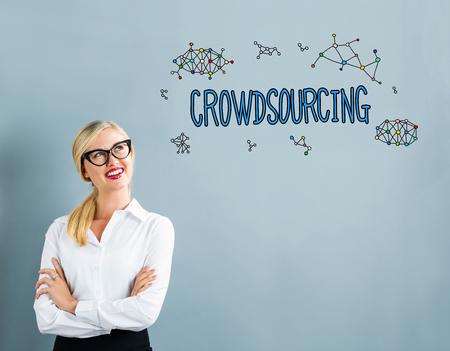 Crowdsourcing de texto com mulher de negócios em um fundo cinza Foto de archivo - 73623873