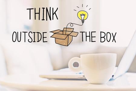 Denk buiten het doosconcept met een kopje koffie en een laptop