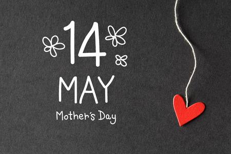 14 mei de Dag van moeders bericht met handgemaakte kleine papieren hartjes Stockfoto