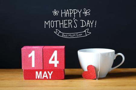 Happy Mother's Day 14 mei bericht met koffiekopje met houten blokken Stockfoto - 74615104