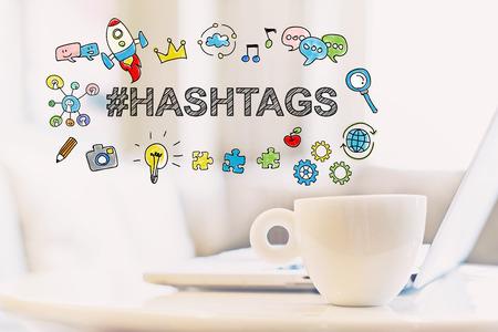 Concetto di hashtag con una tazza di caffè e un computer portatile Archivio Fotografico - 74615118