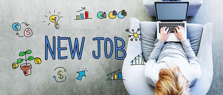 モダンなグレーの椅子でノート パソコンを使用している人に新しい仕事のテキスト