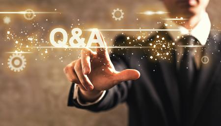 어두운 빈티지 배경에 사업가와 Q 및 A 텍스트