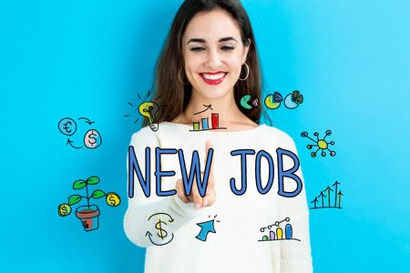 Nouveau texte d'emploi avec une jeune femme sur fond bleu Banque d'images - 75533526