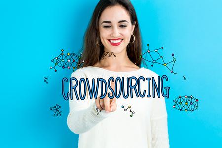 Crowdsourcing de texte avec une jeune femme sur fond bleu Banque d'images - 75533542