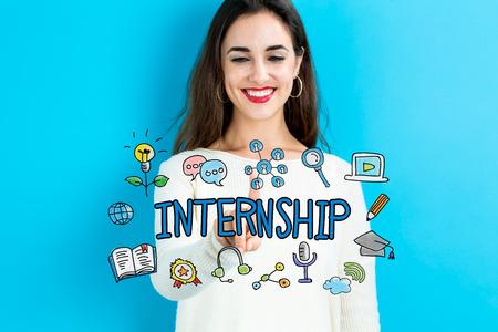 青色の背景に若い女性とインターンシップ本文 写真素材
