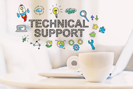 杯のコーヒーとノート パソコンの技術的なサポートのコンセプト
