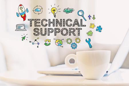 Concepto de soporte técnico con una taza de café y una computadora portátil