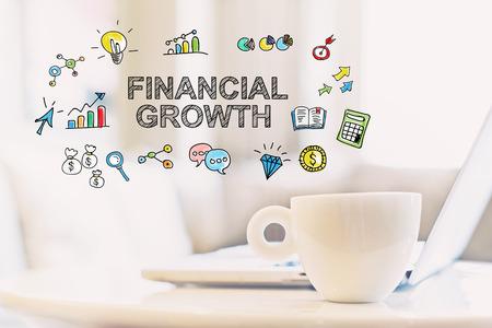 一杯のコーヒーとラップトップと金融の成長概念