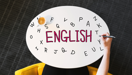 사람의 손으로 흰색 테이블에 영어 텍스트