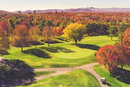 Vista aérea del colorido campo de golf de otoño