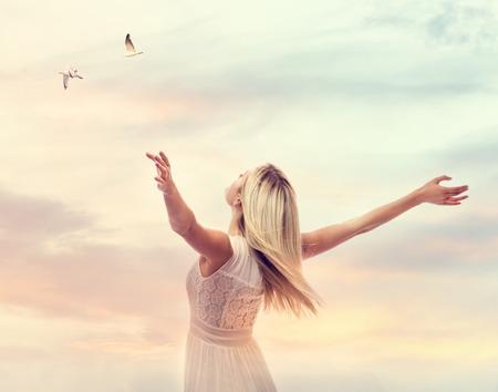 Mujer hermosa que disfruta de su libertad con los brazos abiertos Foto de archivo - 76038768