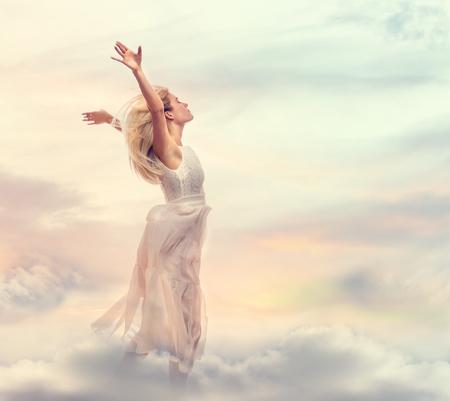 Mooie vrouw met armen wijd open in de lucht