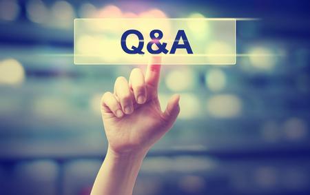 Q- und A-Konzept mit der Hand, die einen Knopf bedrängt Standard-Bild - 76429714