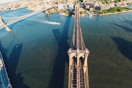 ニューヨーク市のイースト川に架かるブルックリン橋の空撮