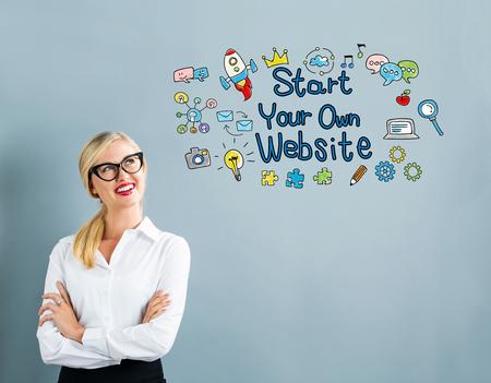 灰色の背景にビジネスの女性との開始 Yout 自身ウェブサイトのテキスト