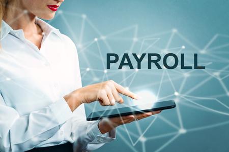 タブレットを使用してビジネスの女性と給与テキスト