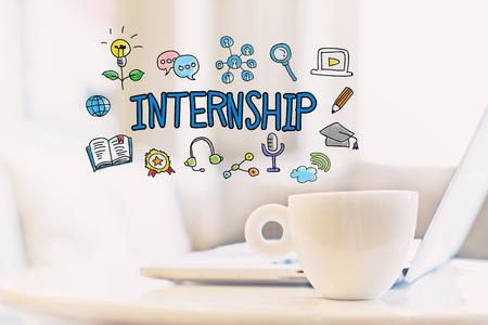 커피와 노트북 한잔과 인턴십 개념